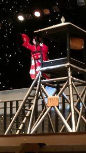 櫓に登って鐘を鳴らすシーンです。